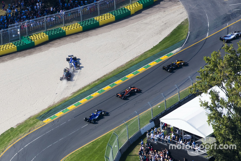 Marcus Ericsson, Sauber C36, and Kevin Magnussen, Haas F1 Team VF-17, collide on the opening lap