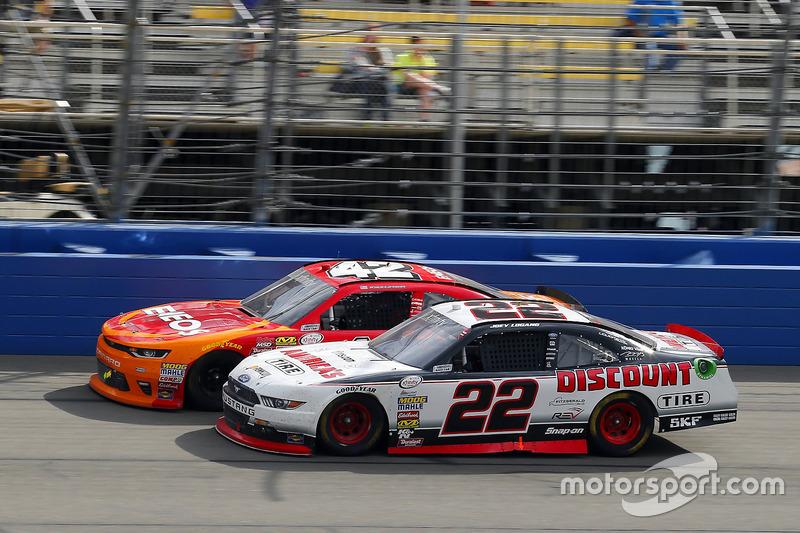 Kyle Larson, Chip Ganassi Racing Chevrolet y Joey Logano, Team Penske Ford