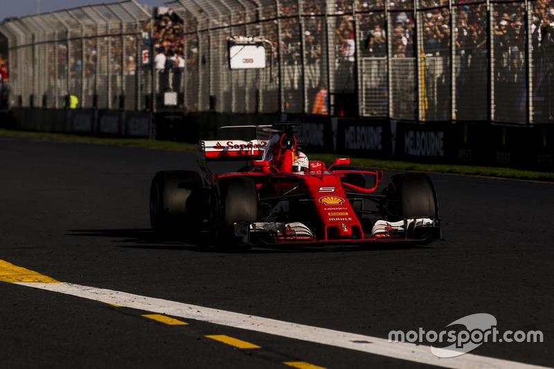 Zieldurchfahrt: Sebastian Vettel, Ferrari SF70H, gewinnt