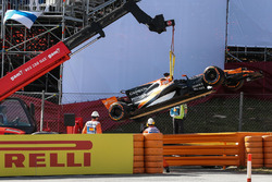 The car of Fernando Alonso, McLaren MCL32 is recovered in FP1