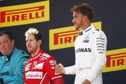 Подиум: обладатель второго места Себастьян Феттель, Ferrari, победитель Льюис Хэмилтон, Mercedes AMG F1