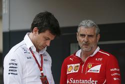 Директор Mercedes AMG F1 Тото Вольф и руководитель команды Ferrari Маурицио Арривабене