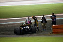 Carlos Sainz Jr., Renault F1 Team RS17, retires