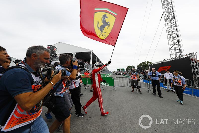 Sebastian Vettel, Ferrari, mengibarkan bendera Kuda Jingkrak