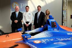 Scott Dixon, Chip Ganassi Racing; Bill Demchak, Präsident PNC Bank; Connie Bond Stuart, PNC Bank