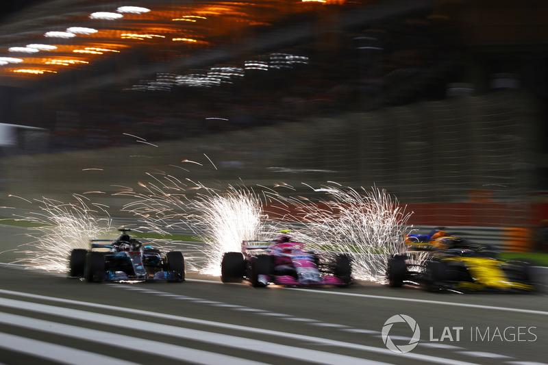 Lewis Hamilton, Mercedes AMG F1 W09, battles with Esteban Ocon, Force India VJM11 Mercedes, Nico Hulkenberg, Renault Sport F1 Team R.S. 18, and Fernando Alonso, McLaren MCL33 Renault