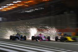 Lewis Hamilton, Mercedes AMG F1 W09, en lutte avec Esteban Ocon, Force India VJM11 Mercedes, Nico Hulkenberg, Renault Sport F1 Team R.S. 18, et Fernando Alonso, McLaren MCL33 Renault