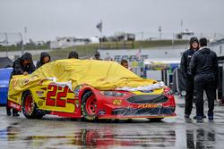 L'auto di Joey Logano, Team Penske, Ford Fusion Shell Pennzoil viene spinta verso il garage, sotto la pioggia