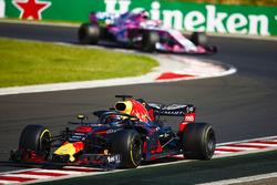 Daniel Ricciardo, Red Bull Racing RB14, devant Sergio Perez, Force India VJM11