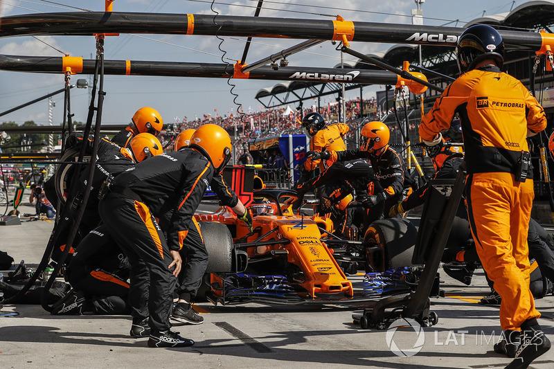 Stoffel Vandoorne, McLaren MCL33 para en boxes