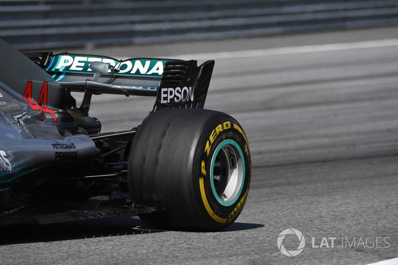Blistering sulla ruota posteriore della monoposto di Lewis Hamilton, Mercedes-AMG F1 W09