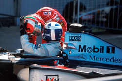 Ganador David Coulthard, McLaren, segundo lugar Eddie Irvine, Ferrari