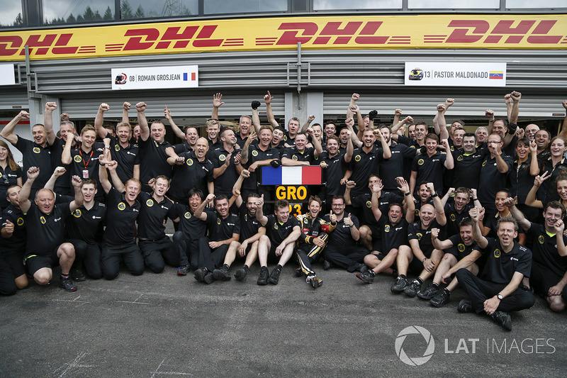 Derde plaats Romain Grosjean, Lotus F1 viert feest met zijn team