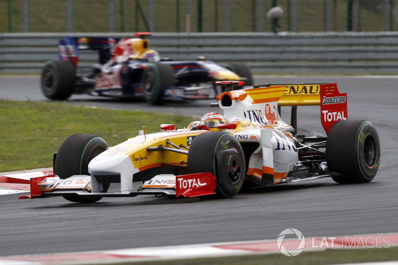 Fernando Alonso, Renault F1 Team R29, va delante de Mark Webber, Red Bull Racing RB5