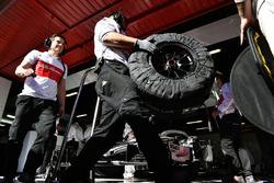 Meccanici Alfa Romeo Sauber F1 Team e pneumatici Pirelli