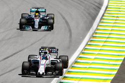 Лэнс Стролл, Williams FW40, и Льюис Хэмилтон, Mercedes AMG F1 W08