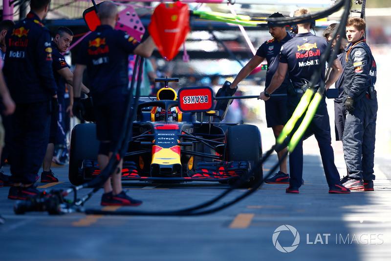 Daniel Ricciardo, Red Bull Racing RB14 Tag Heuer, dans les stands