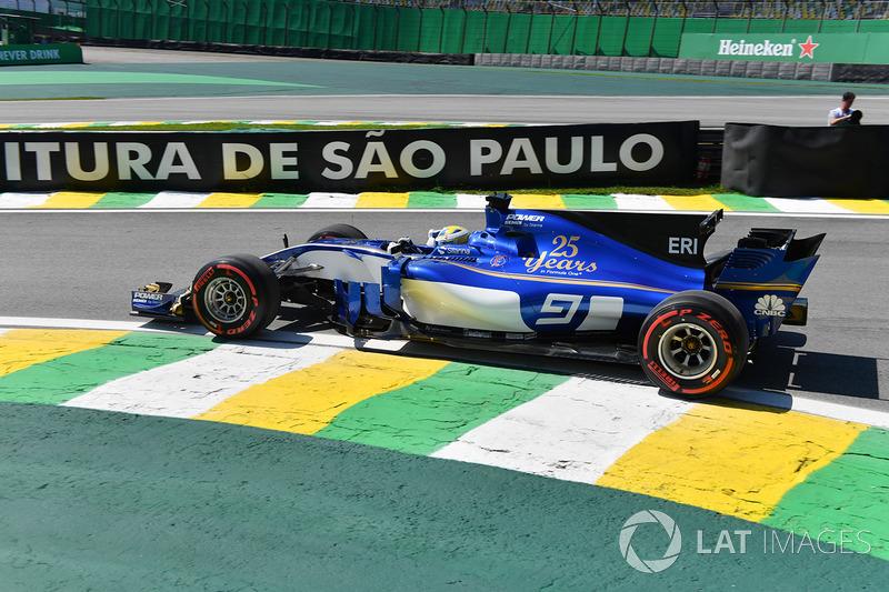 Marcus Ericsson larga logo atrás de seu companheiro de equipe, em 16º