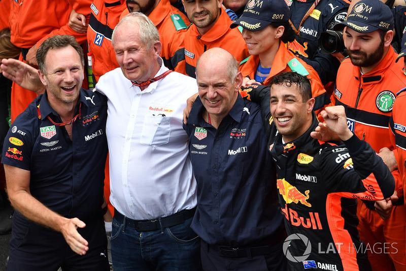 El ganador de la carrera Daniel Ricciardo, Red Bull Racing celebra en el parque cerrado con Christian Horner, director del equipo Red Bull Racing, Dr. Helmut Marko, consultor de Red Bull Motorsport y Adrian Newey, Red Bull Racing
