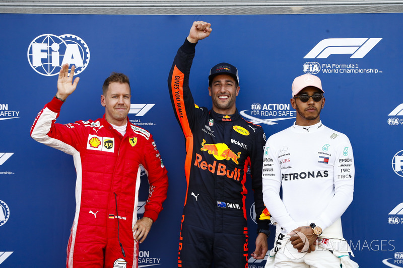 Daniel Ricciardo, Red Bull Racing, fête sa pole position entre Sebastian Vettel, Ferrari, et Lewis Hamilton, Mercedes AMG F1