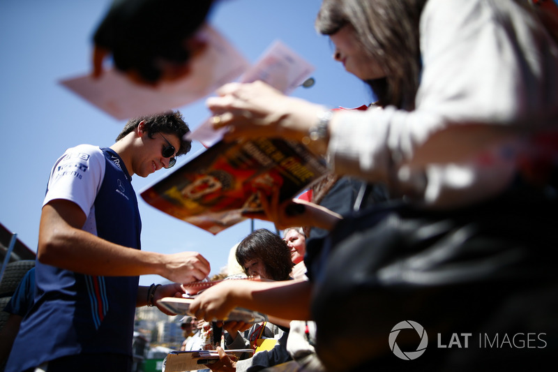 Lance Stroll, Williams Racing signe des autographes