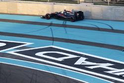 Fernando Alonso, McLaren MP4-30, sufre un accidente al principio de la carrera