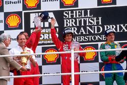 Podium : le vainqueur Alain Prost, McLaren, le deuxième Nigel Mansell, Ferrari, le troisième Alessandro Nannini, Benetton, avec Ron Dennis, directeur McLaren Team