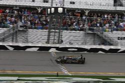 Finishvlag voor #5 Action Express Racing Cadillac DPi: Joao Barbosa, Filipe Albuquerque, Christian Fittipaldi