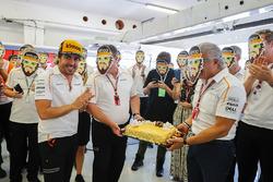Fernando Alonso, McLaren recibe un pastel de cumpleaños del equipo McLaren