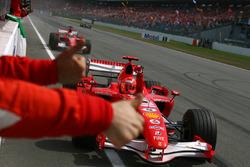Ganador de la carreraMichael Schumacher, Ferrari, segundo Felipe Massa, Ferrari