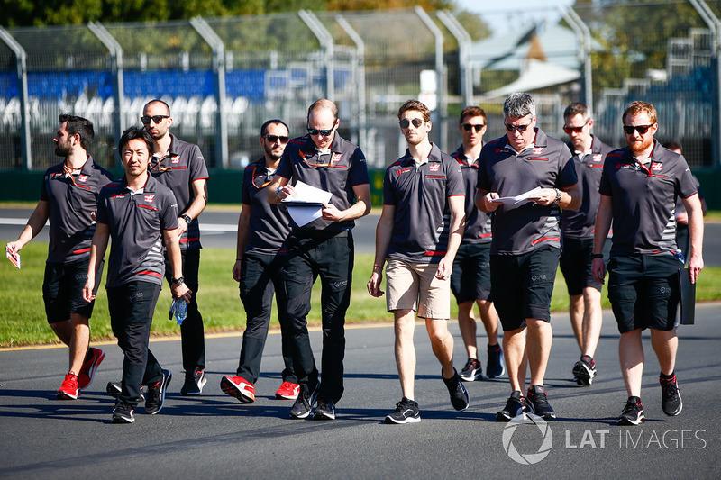 Ромен Грожан и сотрудники Haas F1 Team
