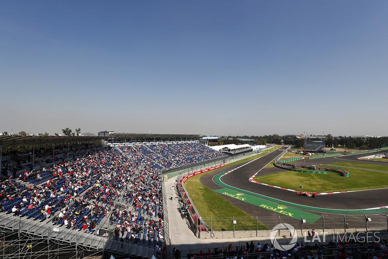 Fans miran a Fernando Alonso, McLaren MCL32