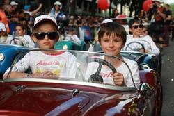 Des petites voitures lors de la parade des pilotes