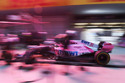Команда Sahara Force India F1 отрабатывает процедуру пит-стопа