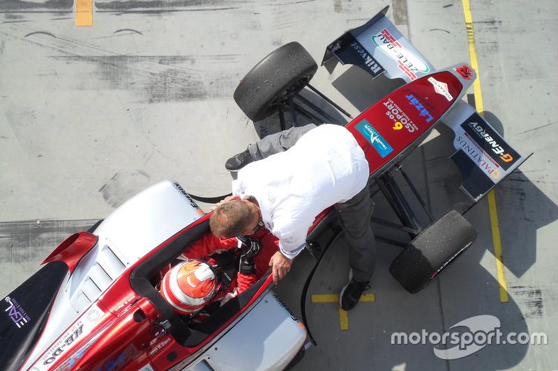 Томаш Ронай за рулем гоночного автомобиля команды Gender Racing Team
