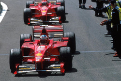 Podio: ganador de la carrera Michael Schumacher, Ferrari, segundo lugar Eddie Irvine, Ferrari