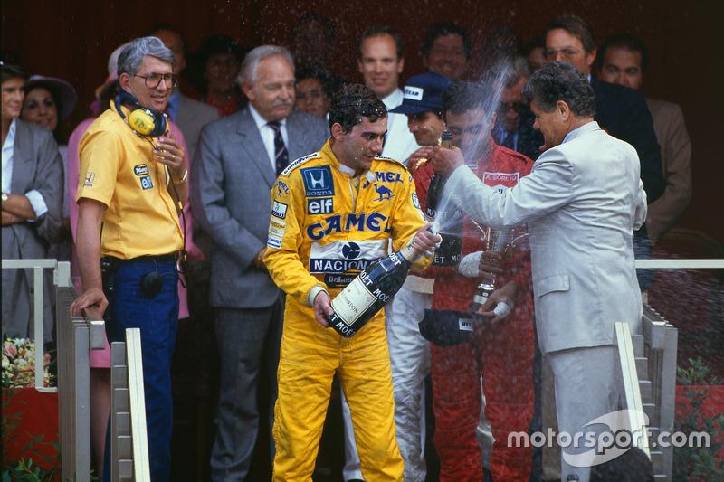 Podium : le vainqueur Ayrton Senna, Team Lotus avec le directeur de Lotus Peter Warr, qui récolte le trophée du constructeur