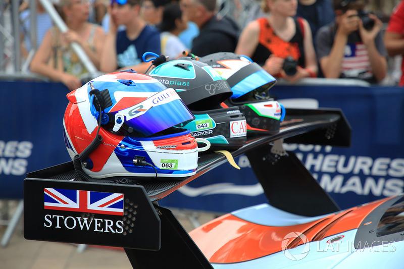 Шлемы гонщиков Gulf Racing Майкла Уэйнрайта, Бена Баркера и Ника Фостера