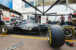 La Haas F1 Team VF-17 de Romain Grosjean dans les stands