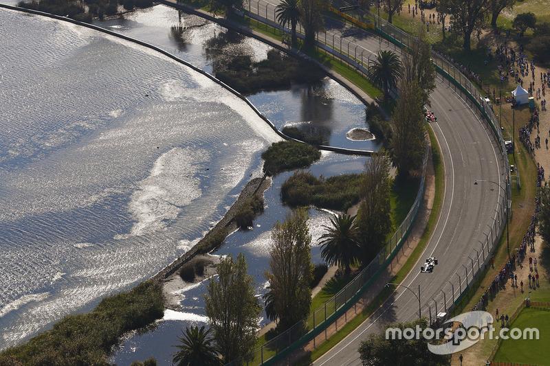 Une vue aérienne de Lewis Hamilton, Mercedes AMG F1 W08, devant Sebastian Vettel, Ferrari SF70H