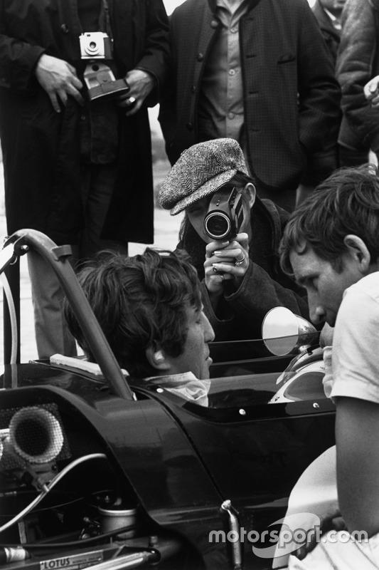 Nina Rindt filme son mari Jochen Rindt, Lotus 49B-Ford Cosworth, dans les stands