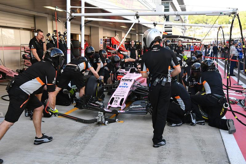 Sahara Force India práctica de parada en box de los mecánicos