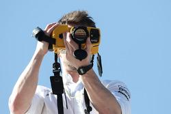 Mercedes-Teammitglied mit Wärembildkamera