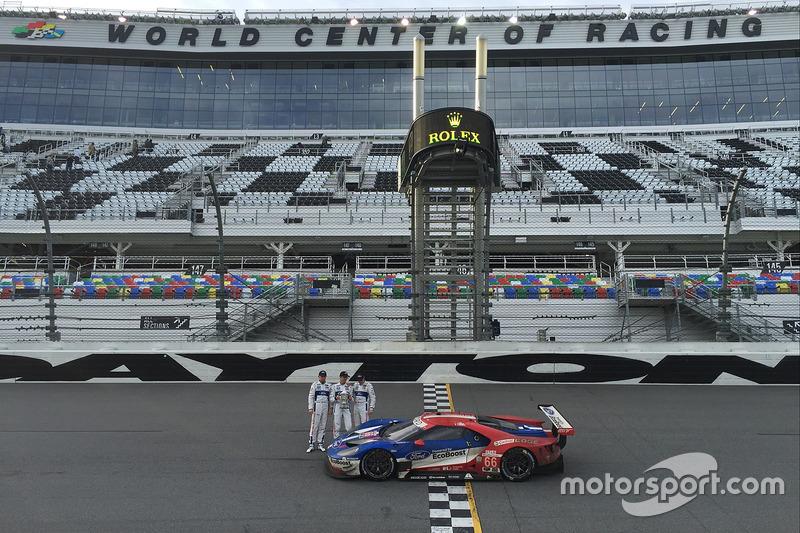 #66 Ford Performance Chip Ganassi Racing Ford GT: Joey Hand, Dirk Müller, Sébastien Bourdais con su trofeo.