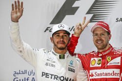 Lewis Hamilton, Mercedes AMG, segundo, Sebastian Vettel, Ferrari, ganador, en el podium