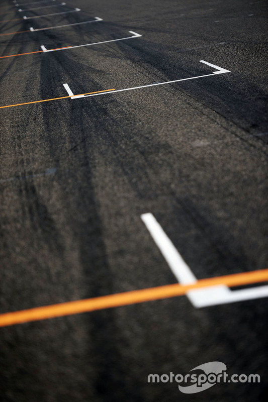 Grid markings on the starting grid