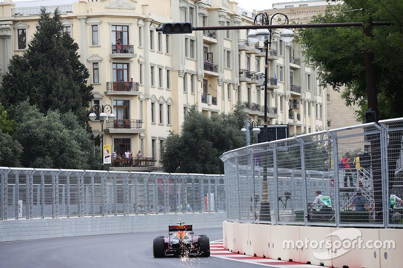Даніель Ріккардо, Red Bull Racing RB12, посилає іскри