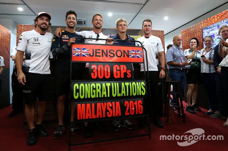 Jenson Button, McLaren Honda, feiert seinen 300. Grand Prix mit Fernando Alonso, Daniel Ricciardo, Marcus Ericsson und Stoffel Vandoorne