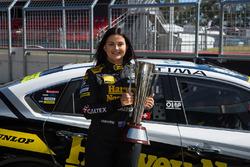 Renee Gracie, Harvey Norman Supergirls, Nissan, mit der Peter-Brock-Trophy