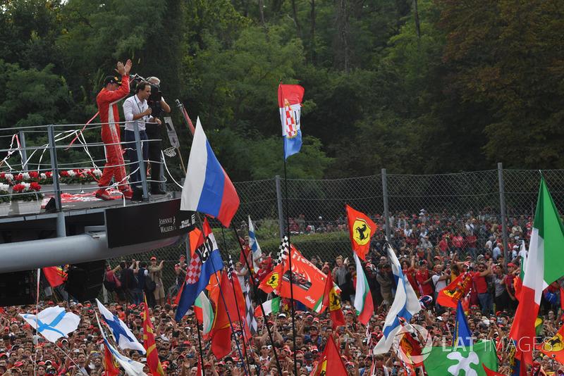 Le deuxième, Kimi Raikkonen, Ferrari sur le podium avec Felipe Massa